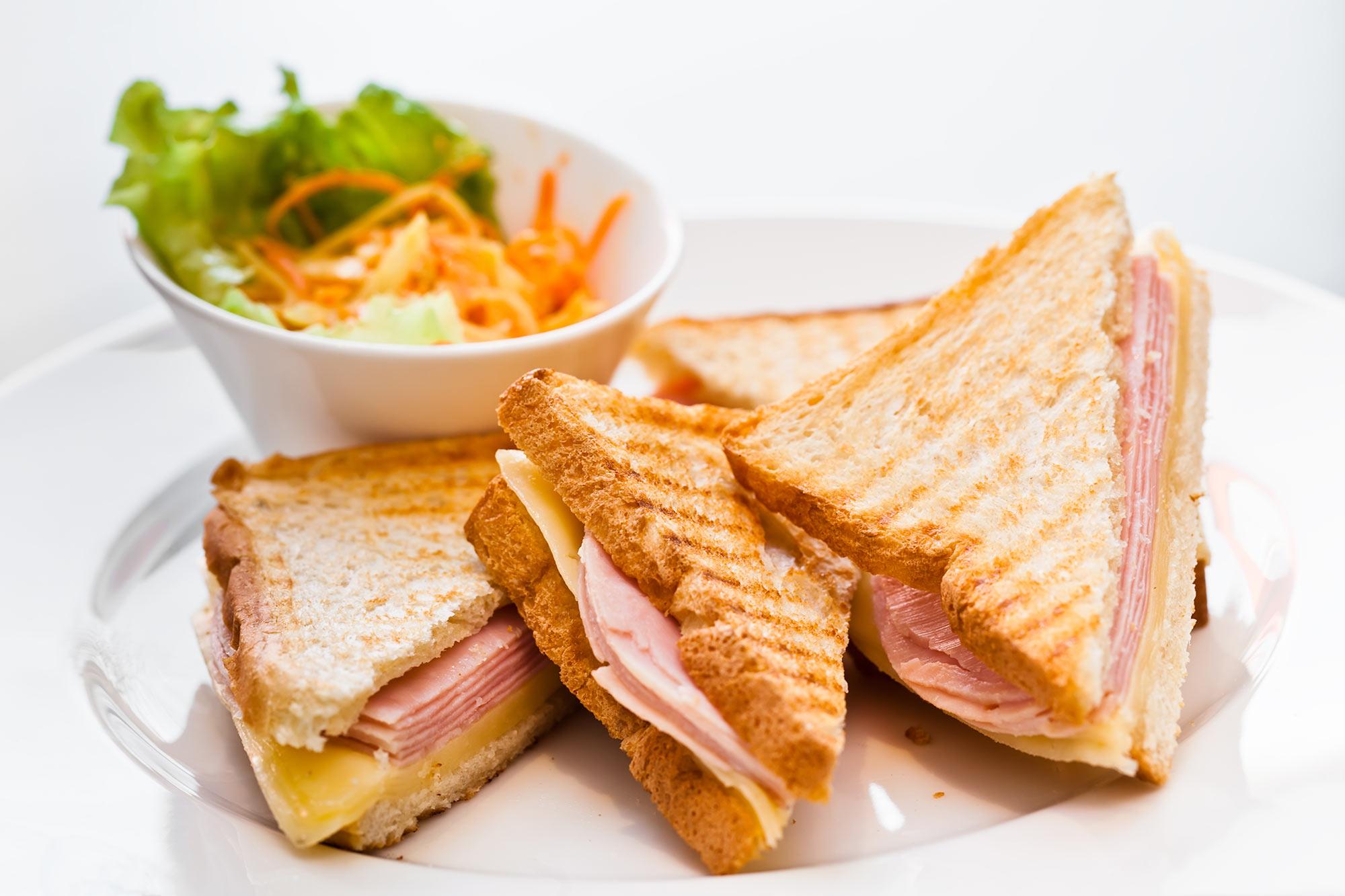 Ant kepsninės keptas sumuštinis